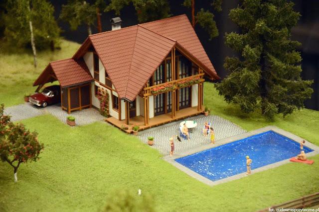 Wielka makieta kolejowa - dom z basenem