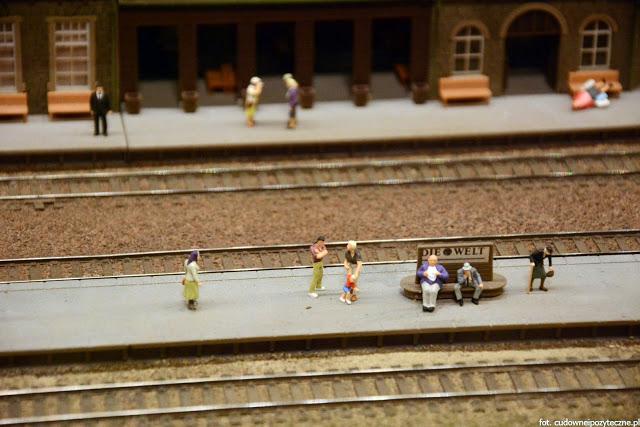 Wielka makieta kolejowa - ludzie na peronie