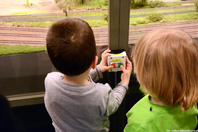 Wielka makieta kolejowa - mali ludzie walczą o władzę nad światem