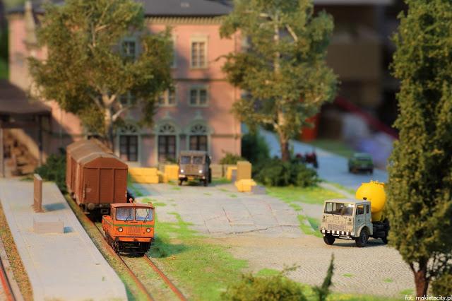 Wielka makieta kolejowa - modele pociagów i samochodów
