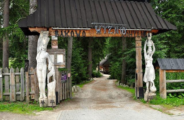 Gdzie zjeść w Zakopanem - brama do karczmy, Bąkowo Zohylina Wyżnio